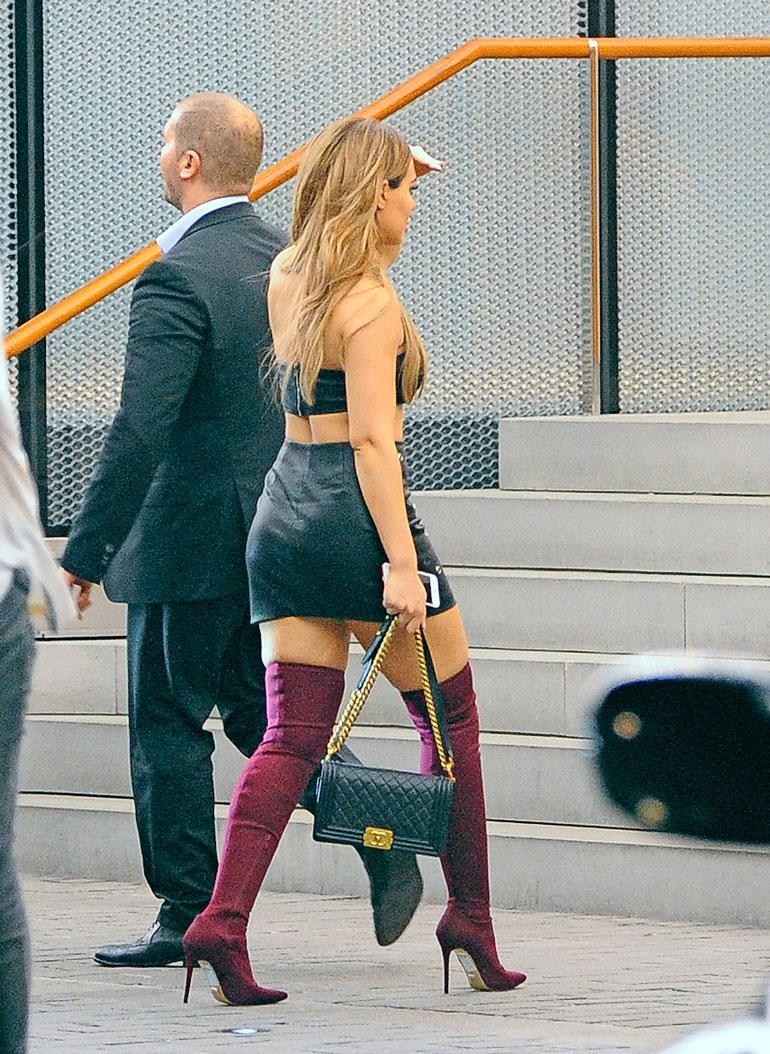 Sofia oli pukeutunut niukkaan asuun, joka paljasti kaunottaren treenatun vartalon. Kädessä roikkui Chanelin laukku.