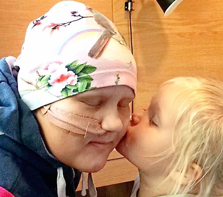 Amalie sai tavata sairaalassa vain omia perheenjäseniään potilastovereiden lisäksi.