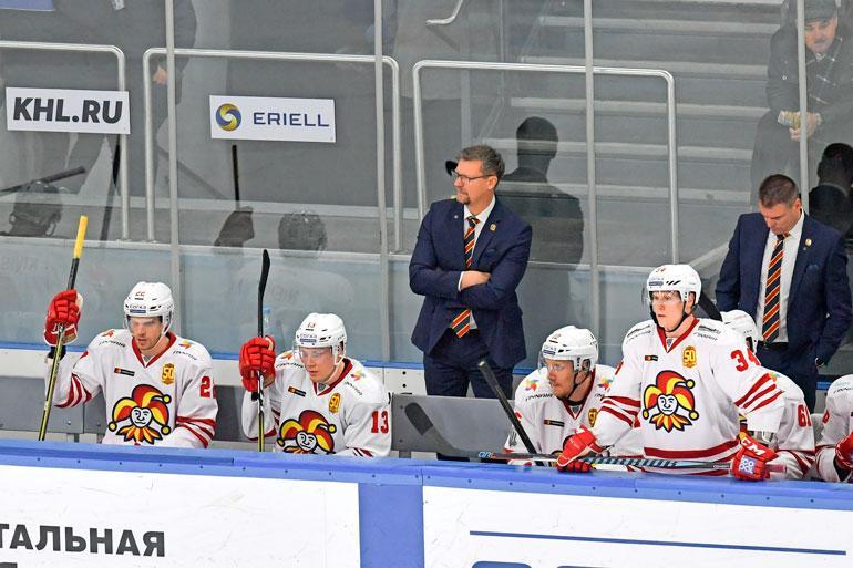 Jukka valmentaa nyt toista kautta Helsingin Jokereita, joka keikkuu KHL:n läntisen konferenssin kärkikahinoissa.