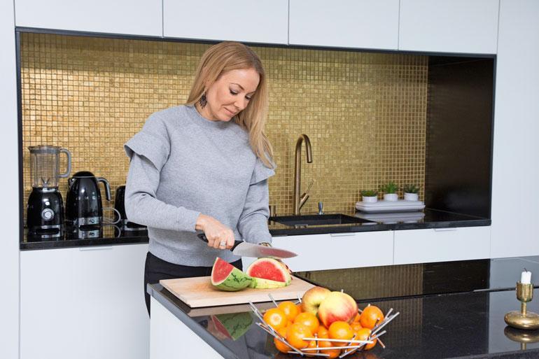 Ylellisen näköisessä keittiössä valmistuu kevyttä arkiruokaa.
