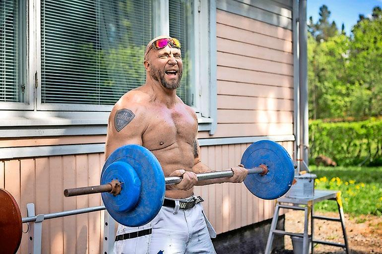 Marko poseerasi Seiskan haastattelussa kesällä 2017. Jättipainot ovat vaihtuneet kevyempiin, sillä kuntoutuminen on vasta alussa.