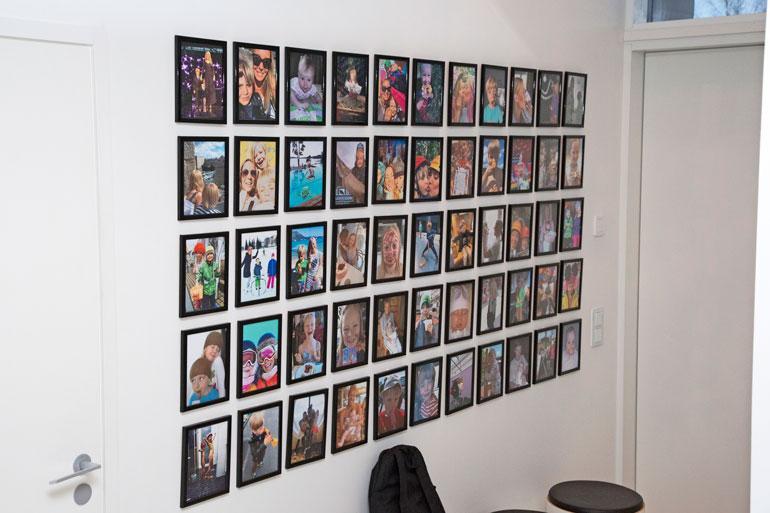 Eteisen seinällä komeilee valokuvakollaasi, johon on ikuistettu Jennin ja hänen lastensa yhteisiä hetkiä vuosien varrelta.