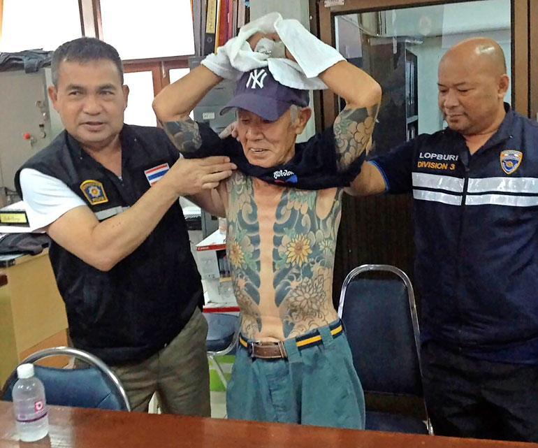 Thaimaan poliisi esitteli paidatonta japanilaista mafiapomoa Shigeharu Shiraita tiedotustilaisuudessa viime viikolla.