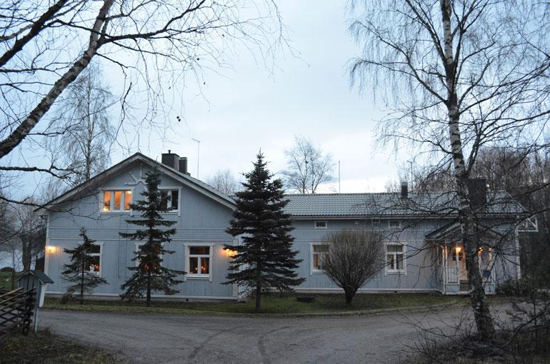 Pertti asuu yhä samassa talossa, missä hän asui ex-vaimonsa Elinan kanssa. Perttiä ei ole kotona hetkeen näkynyt.