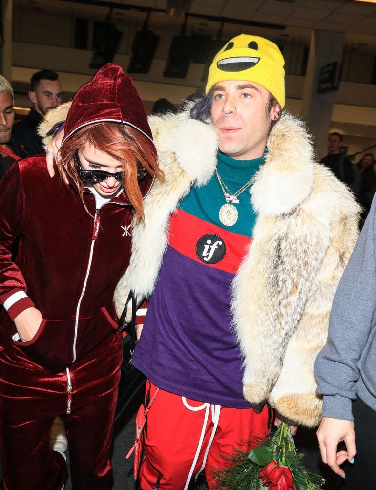 Bella Thorne räppäripoikaystävä Mod Sun lentokentällä ennen festivaaleja.