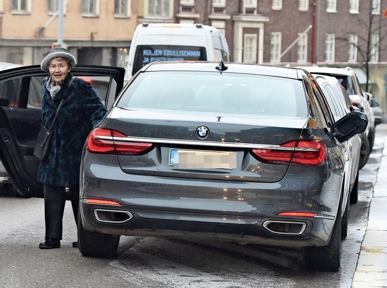 Eeva Ahtisaari ja auto.