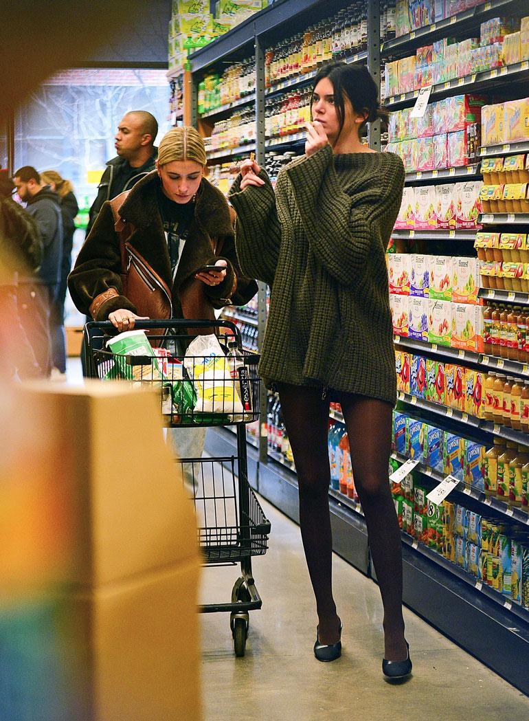 Kendall Jenner ja Hailey Baldwin ruokakaupassa.
