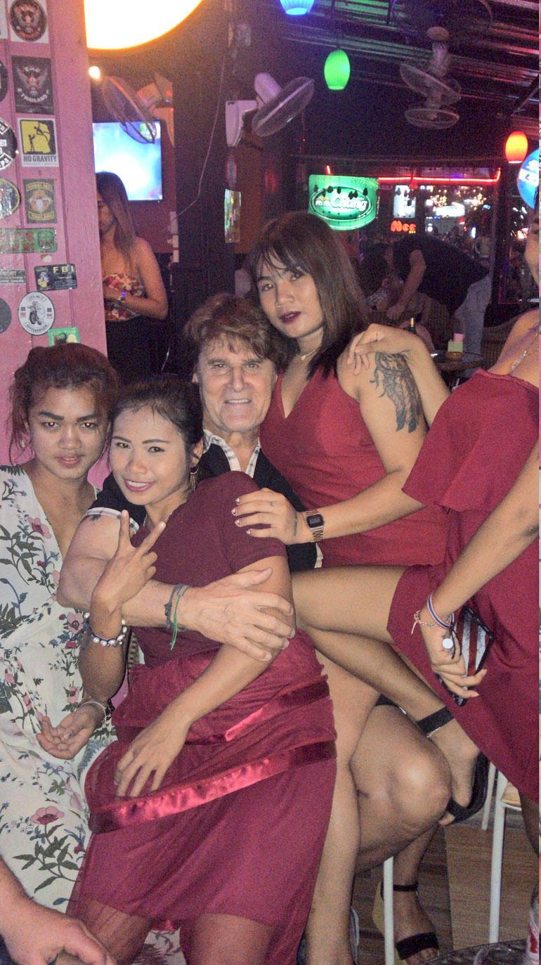 Thaimaan Hua Hinissä paikalliset naiset piirittivät Reetua. – Nämä ovat kuitenkin paljon rauhallisempia kuin vietnamilaiset, Reetu naurahtaa.