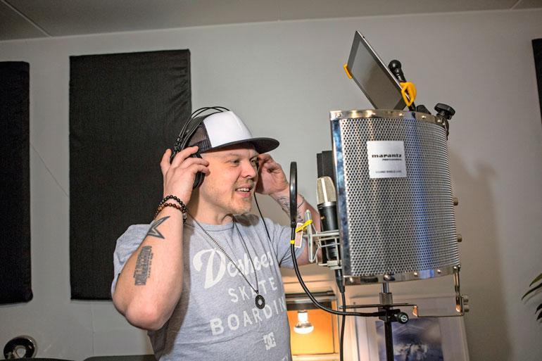"""– Olen tällainen yhden miehen paketti. Kotona on studio, jossa """"demottelen"""" biisejä."""