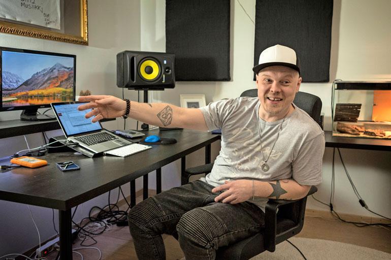 Erkko tekee musiikkia omassa kotistudiossa.