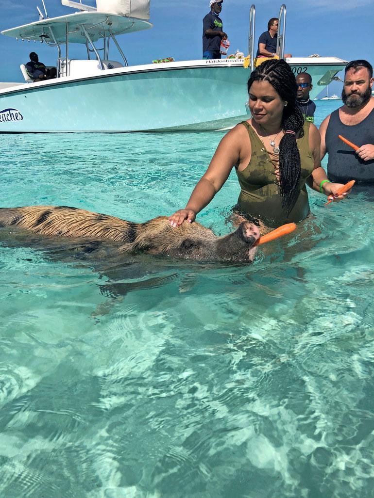 Minttu toteutti pitkäaikaisen haaveensa Bahamalla. – Olin jo pitkään halunnut päästä uimaan vapaudessa elävien possujen kanssa.