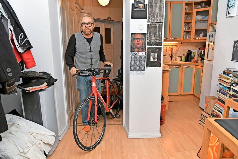 Taiteilijakodin seinillä on runsaasti kuvia Jeesuksesta, Jussista itsestään ja hänen läheisistään. Jussi ylläpitää kuntoaan pyöräilemällä ahkerasti.
