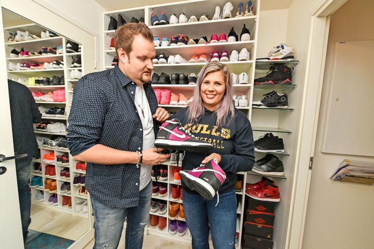 Vaatehuoneen vieressä oleva kenkähylly paljastaa, että Ilona on työskennellyt aiemmin urheiluliikkeen myyjänä.