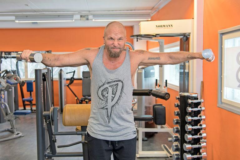 Marko treenaa huomattavasti pienemmillä painoilla kuin ennen, mutta nostelee niitä sitäkin innokkaammin. – Olen treenannut joka päivä tätä kuvausta varten, hän paljastaa.