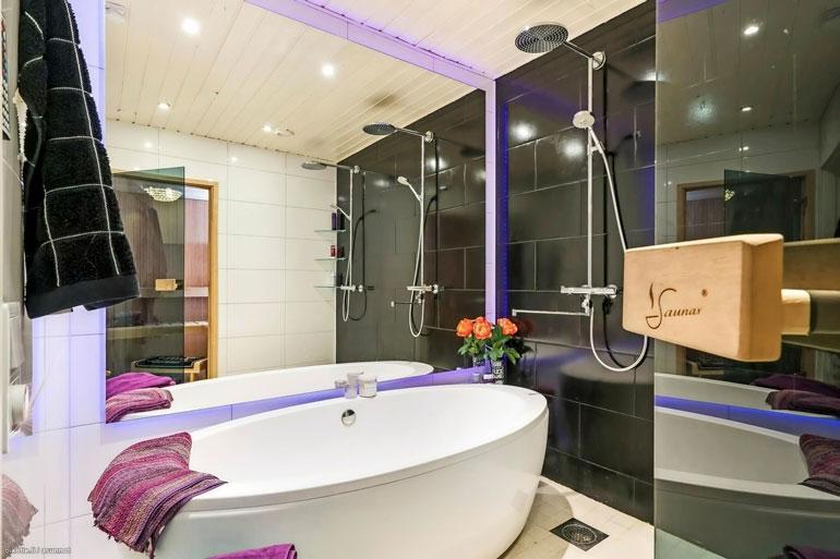 Tässä kodissa saa peseytyä kylpylämäisissä luksusolosuhteissa. Materiaaleissa ja varusteissa ei ole säästelty.