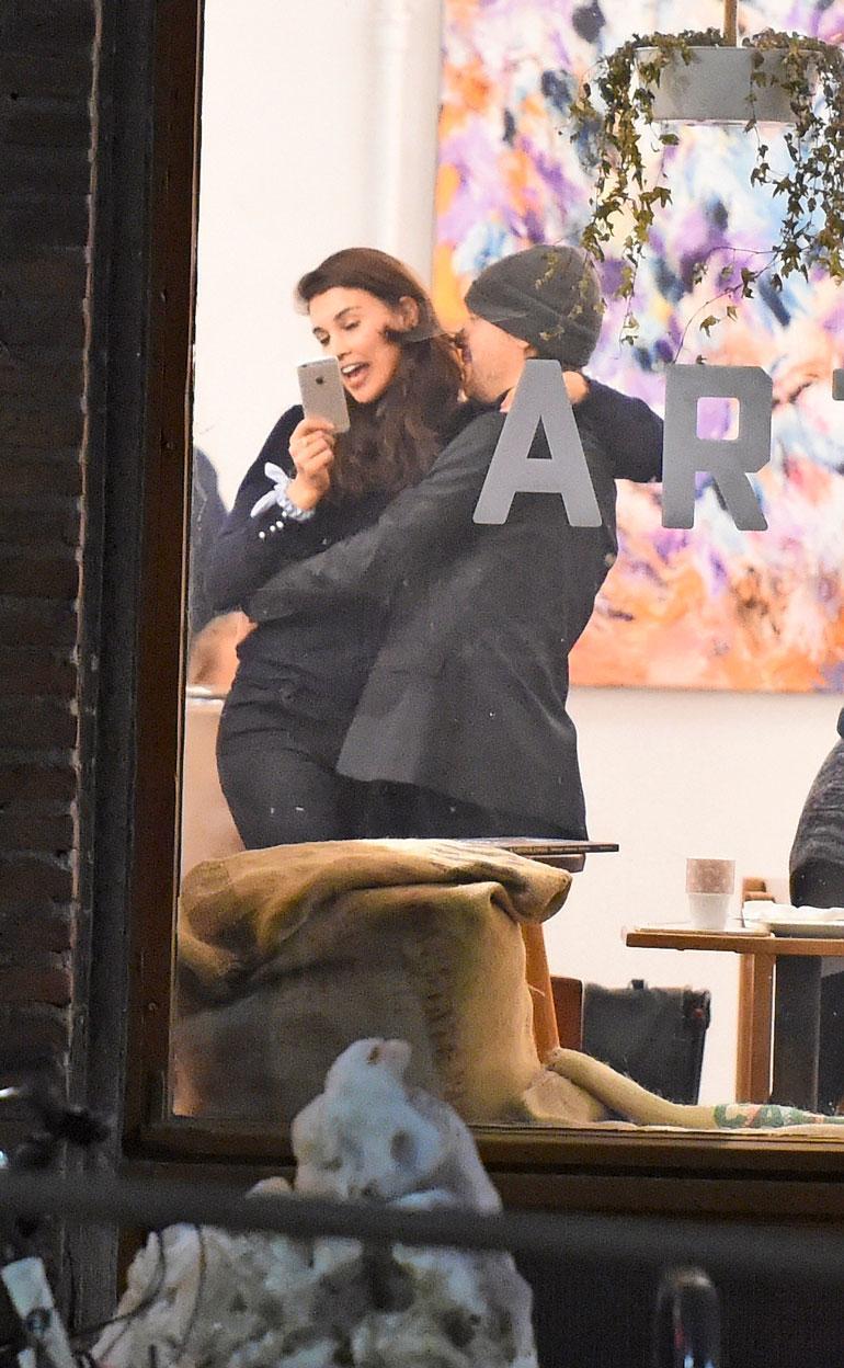 Suutelun lomassa Maryam innostui ottamaan selfien.