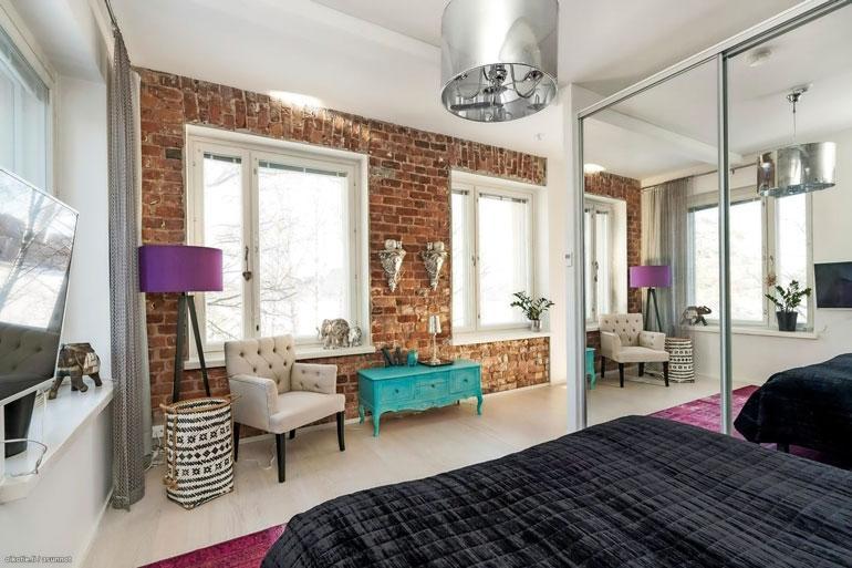 Makuuhuoneen ilmeen kruunaa tehosteseinä, joka on jätetty vanhan rakennuksen alkuperäiselle tiilikuviolle.
