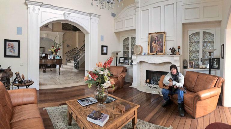 Ronn Mossin olohuoneessa on kokoa ja rustiikkista tyyliä. Täällä Ronnin kelpaa soitella kitaraa. – Tykkään myös jammailla autotallissa kavereideni kanssa, saippuatähti sanoo.