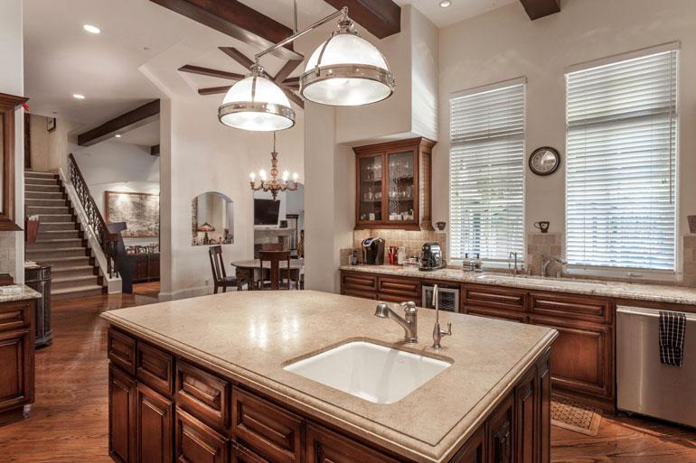 Kiinteistönvälittäjä mainostaa, että myös keittiö on täysin automatisoitu.