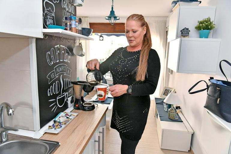 Pienessä asunnossa on kaikki tarvittava. Keittiön kaappien uumenista löytyy mikro, uuni sekä pyykinpesukone.