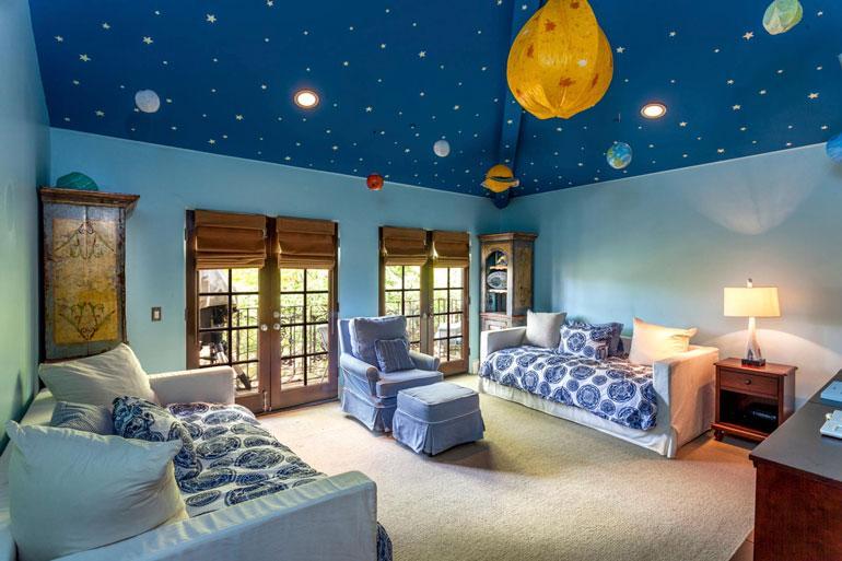 Charlien kaksospoikien, nyt kahdeksanvuotiaiden Maxin ja Bobin huoneen katto oli maalattu tähtitaivaaksi.