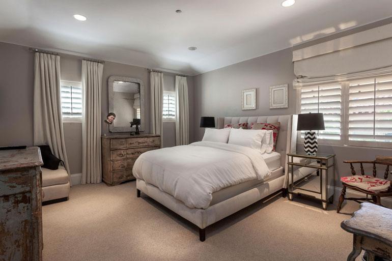Seksiaddiktiksi tunnustautuneen näyttelijän makuuhuone on sävyiltään rauhallinen.