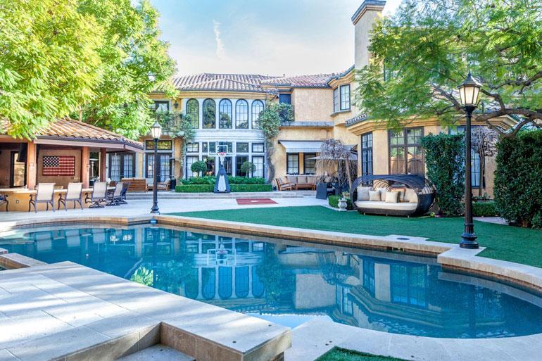 Charlie Sheenin  komea talo Beverly Hillsin luksuskaupungissa Los Angelesissa on rakenettu vuonna 1992.