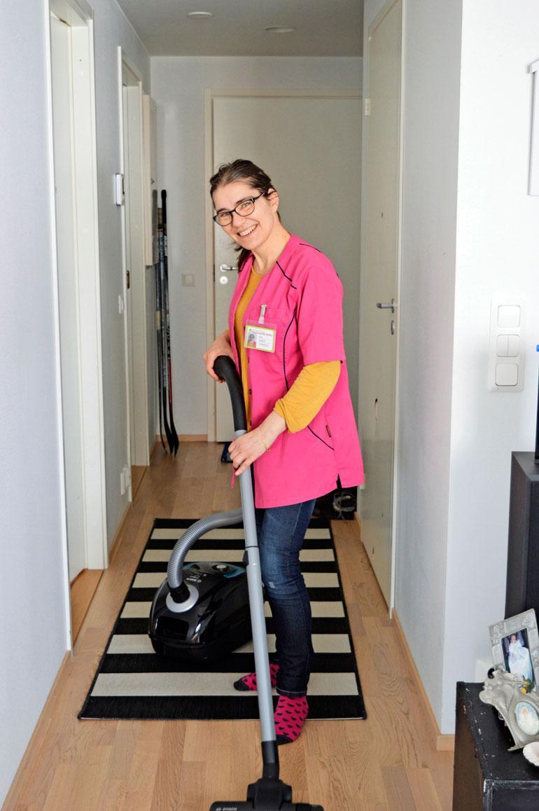 Elämänilonsa takaisin saanut Kirsi tekee nyt lähihoitajan töitä vanhusten parissa.