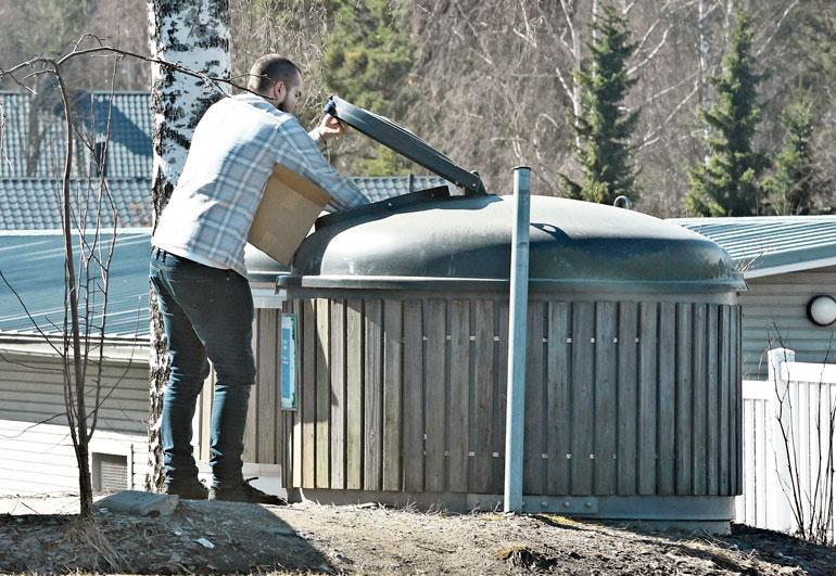 Ari Koponen heitti lahjoitetut kirjat roskiin.