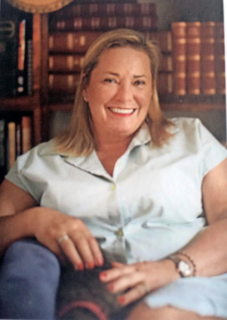 Tiina Schreck-Damstén kustansi Rakkaudella äiti -ruokakirjan.