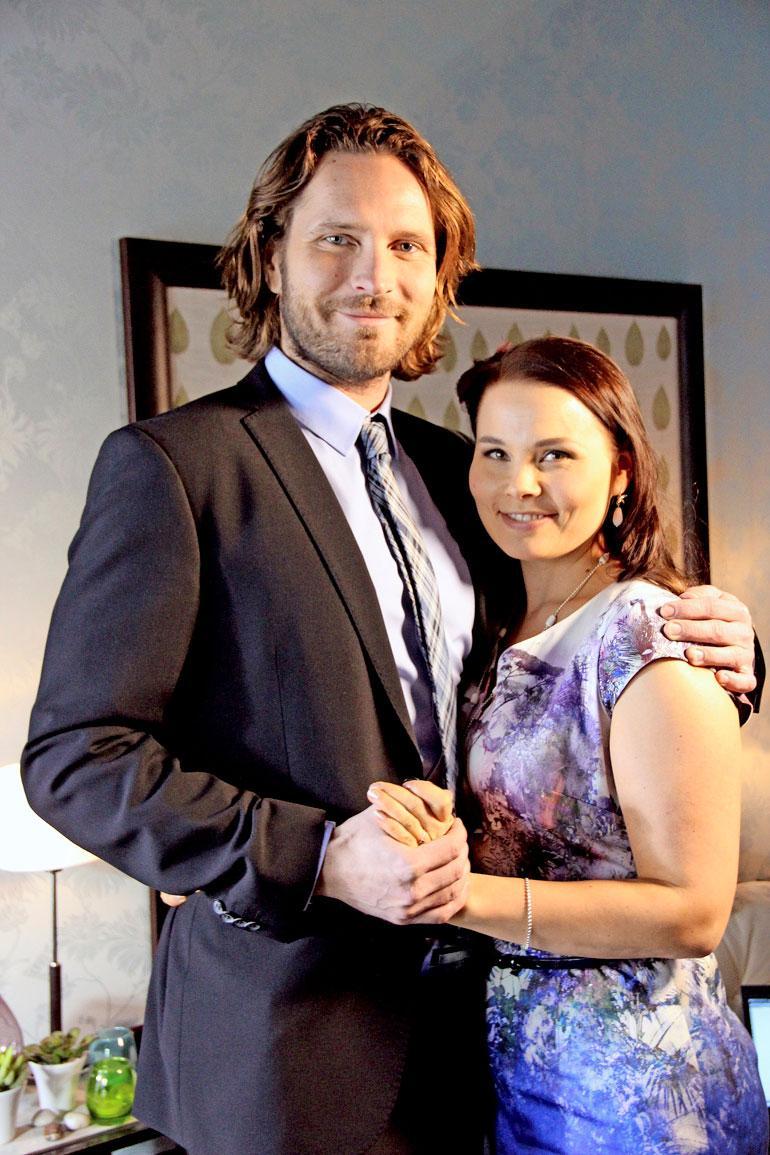 Suhde sai alkunsa Uusi päivä -sarja kulisseissa. Sarjassa kaksikko näyttelee myös pariskuntaa.
