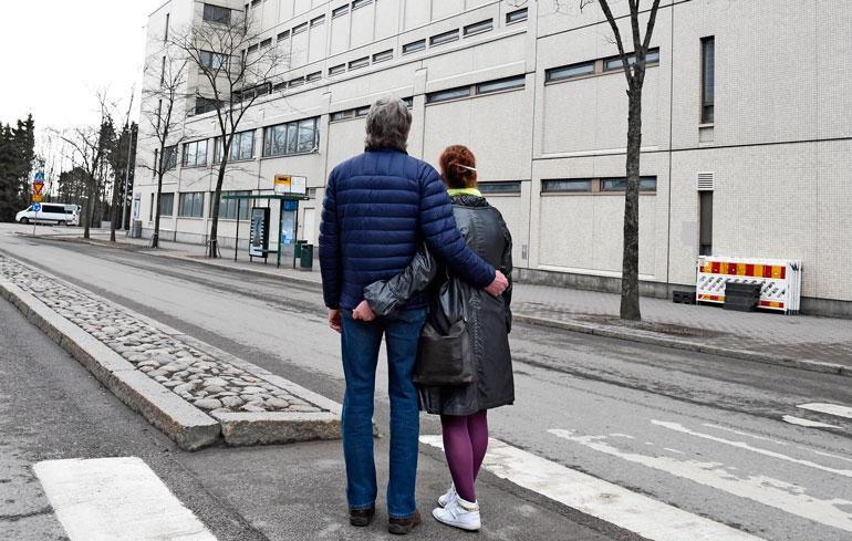 Anatoli ja Marjatta kävelivät poliisitalon ympäri. Pienten ikkunoiden takana on sellit, joista yhdessä heidän poikansa lusii.