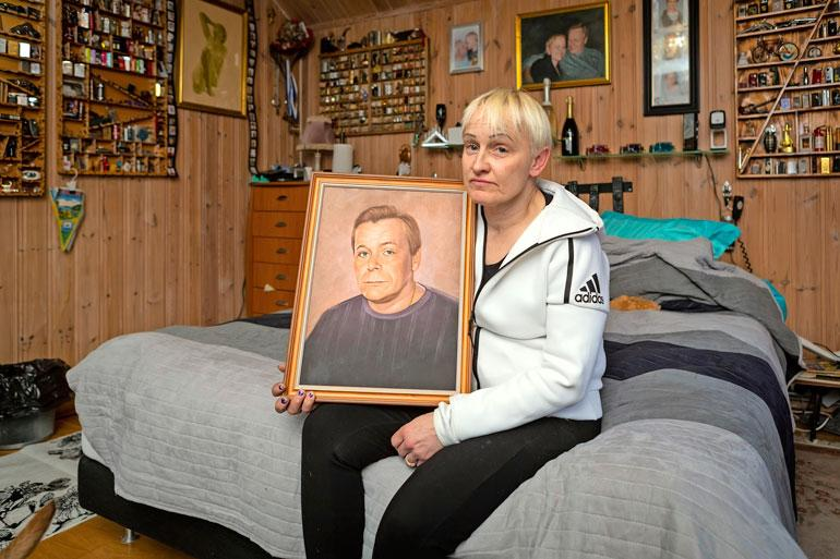 Satu Anderssonin asunto on täynnä yhteiskuvia hänen ja miehensä, tunnetun ammattirikollisen Raimo Anderssonin yhteiseltä matkalta. – Rami oli itsekin taitava piirtäjä, Satu kertoo miehensä muotokuva sylissään.