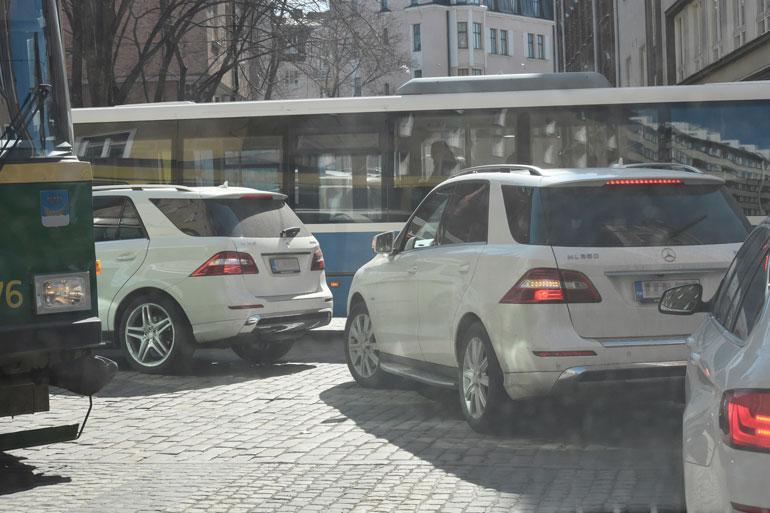 Nanna Karalahti ja Martina Aitolehti kurvailivat peräkkäin ökymersuillaan Helsingin keskustassa.
