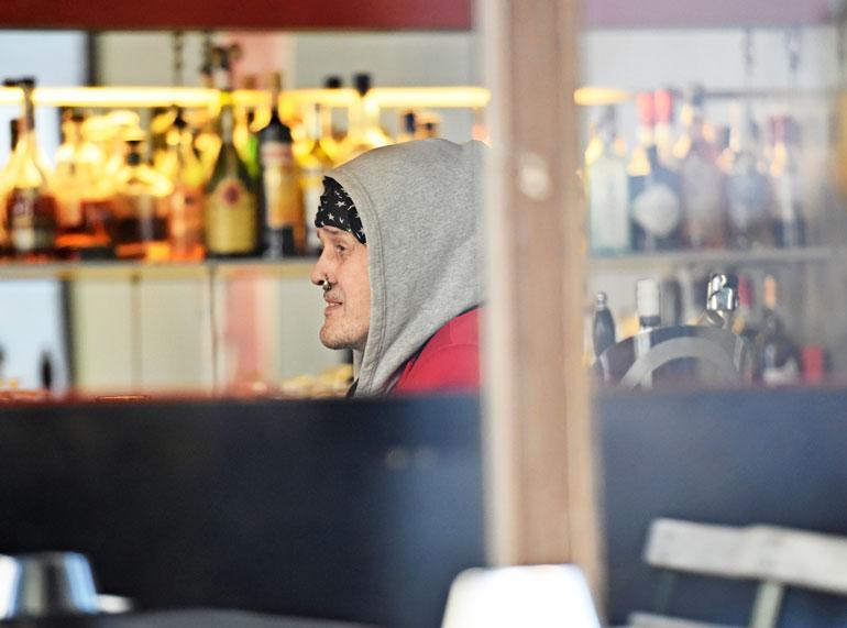 Parin huikan jälkeen Andy ryhtyi juttelemaan iloisesti muiden baarikärpästen kanssa.