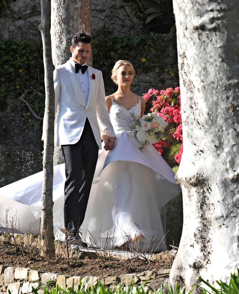 Sekä morsian että sulhanen olivat hääpäivänä pukeutuneet valkoisiin. Kiiran upea hääpuku oli Teemu Muurimäen suunnittelema.