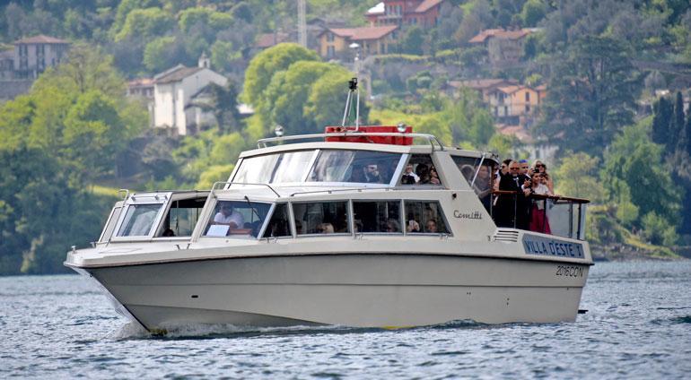 Vieraat saapuivat venekyydeillä hyvissä ajoin ennen häitä.