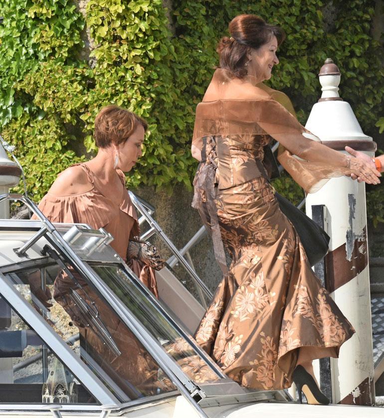 Kiiran taitoluisteluvalmentajat Susanna Haarala ja Maaret Siromaa saapuivat yhtä matkaa juhliin.