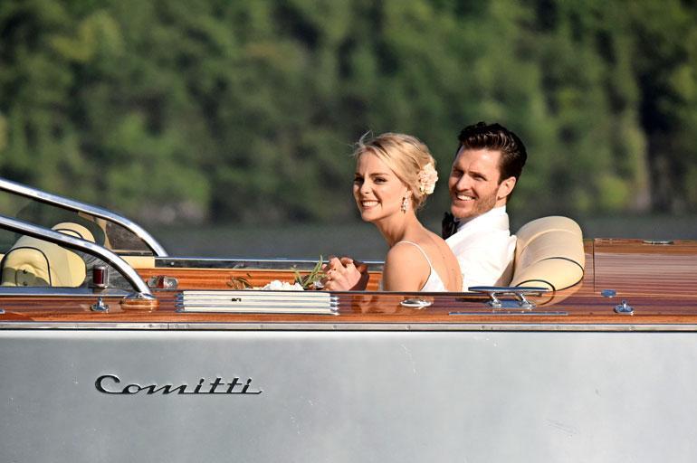Vastavihitty pariskunta kävi veneajelulla ja otattamassa hääkuvat heti vihkimisen jälkeen.