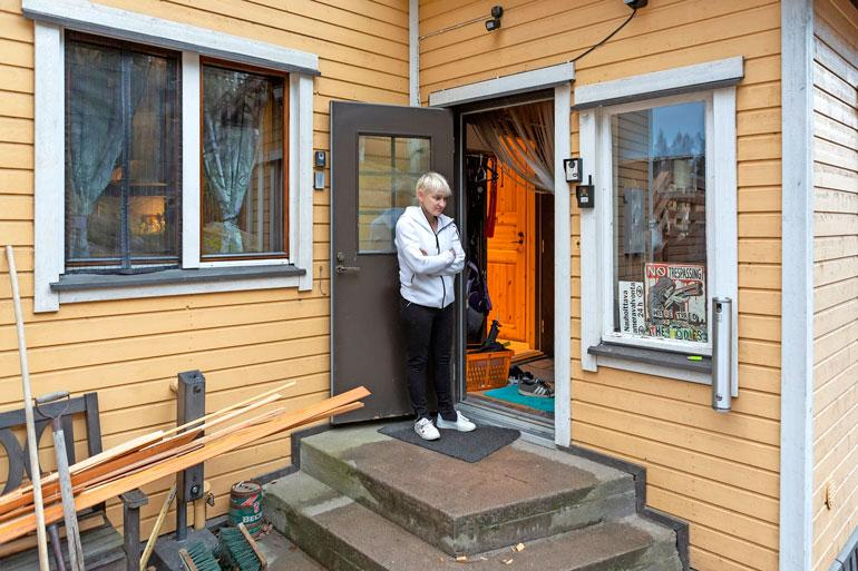 Moni on ihmetellyt julkisuudessa Anderssonin kodin raskasta kameravalvontaa. Myös poliisi on ollut kiinnostunut taltioituneesta materiaalista.