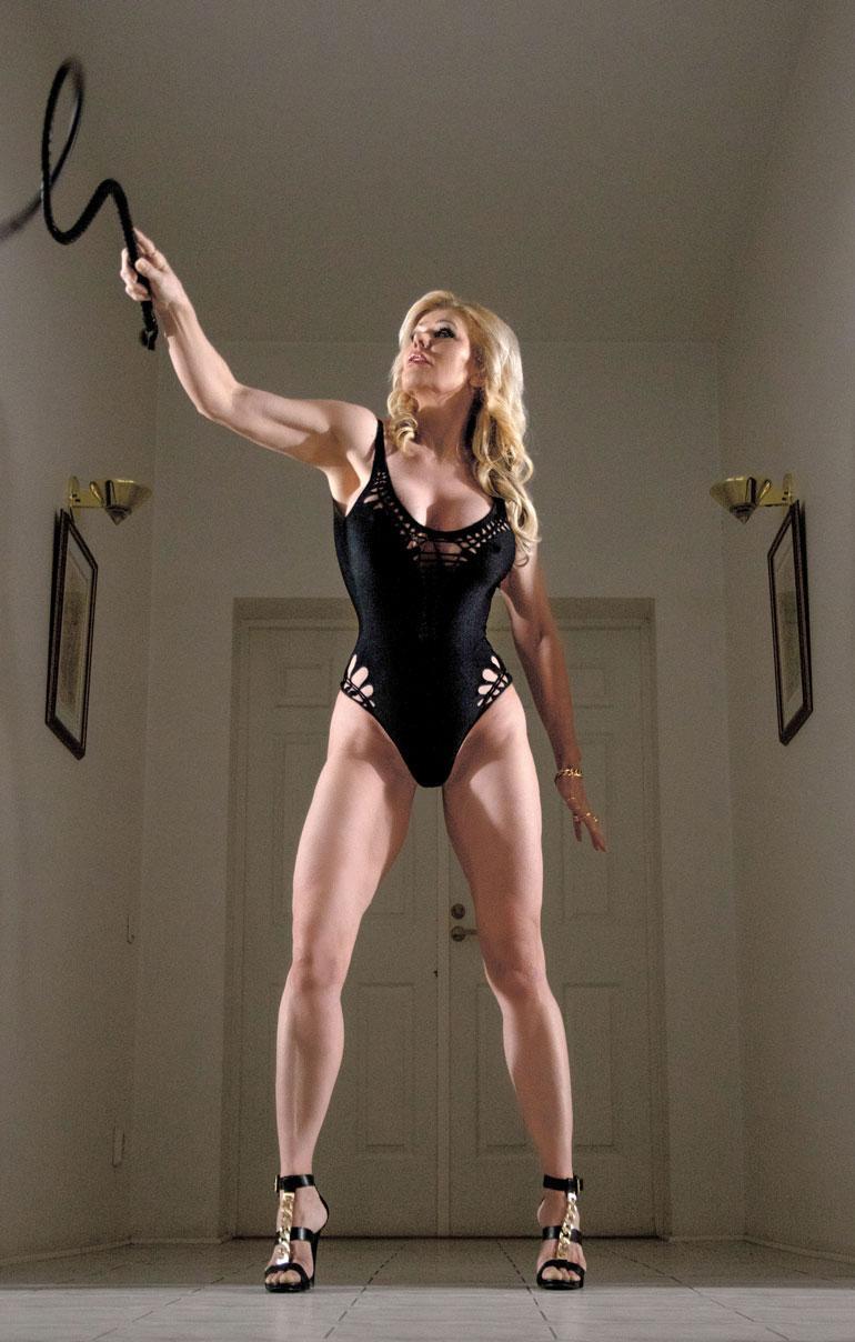 Tiinan vartaloa kehtaa esitellä maailmalla, sillä harva 55-vuotias on näin timmissä kunnossa.