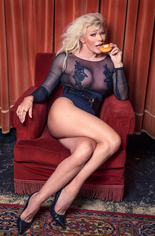 – Yleensä Playboy-kuvissa syödään nameja tai hedelmiä. Minä vein mukanani savolaista vehnärinkeliä, Tiina nauraa.