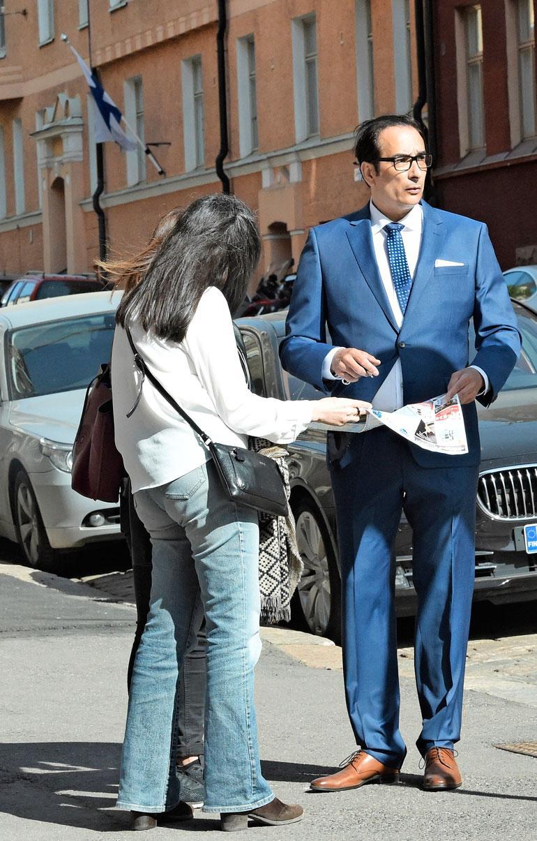 Heikki Lampela neuvoi turisteja.