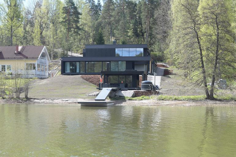 Elastisen Karhusaaren-koti oli vuosi sitten kohun keskellä, kun selvisi, että siihen liittyy maksamattomia laskuja ja rakennusvirheitä. Sotkut on sittemmin selvitetty.