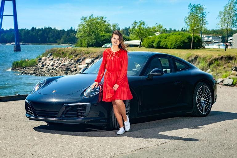 Tyrmäävän kaunis kesäneito Janni Hussi tunnustautuu automimmiksi. – Autoilu on lähes terapeuttista, ja saan kuunnella soittolistojani Iron Maidenista Marc Anthonyyn, hän nauraa.