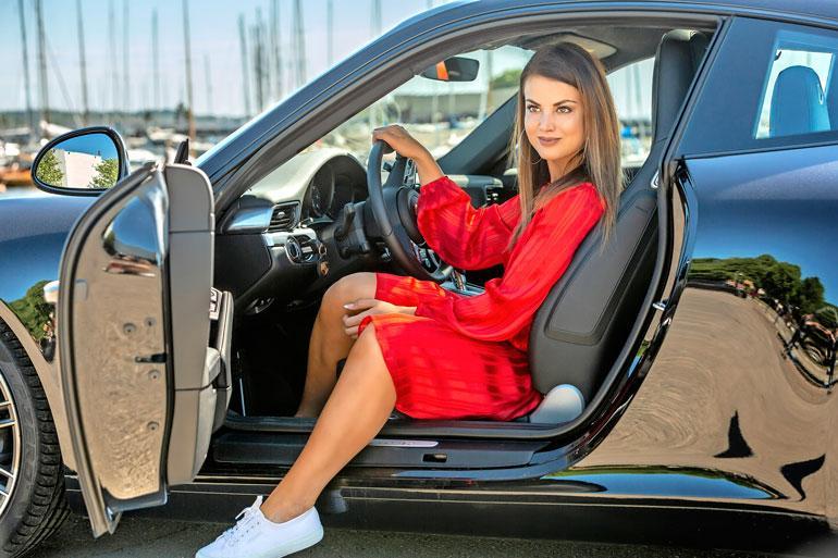 Jannista oli mukava huristella upouudella Porsche 911 Carreralla. – Onhan se kiva, kun löytyy tehoja alta. Auto on hyvä ajettava, se oikein imeytyy tiehen.