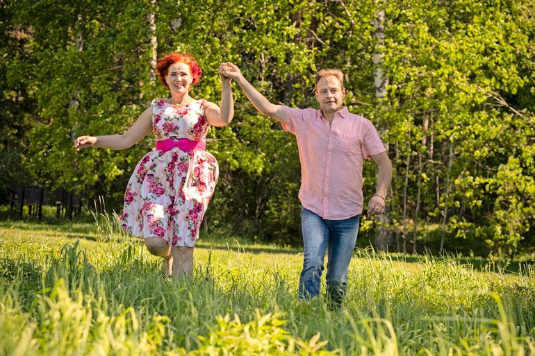 Kahdeksan kuukautta seurustelleet Eija-Liisa Pokki ja Jari Jutila kirmaavat kesäniityllä kuin villit varsat. – Tein elämänmuutoksen ja laihdutin 30 kiloa! Eija-Liisa hymyilee.