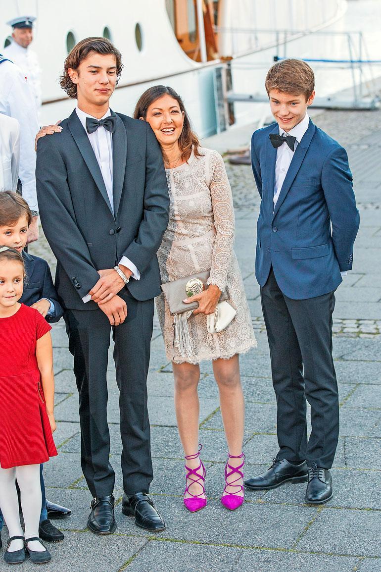 Alexandralla on kaksi poikaa prinssi Joachimin kanssa, Nikolai ja Felix.