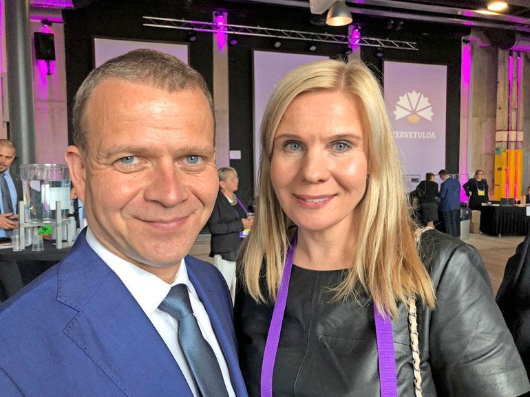 Niina-vaimo saapui kokoomuksen puoluekokoukseen kuuntelemaan uudelleen puheenjohtajaksi valitun miehensä linjapuheen. – Juhlimme juuri 15. hääpäiväämme, Petteri kertoo.