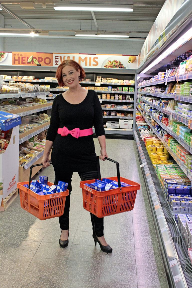 Nyt Eija-Liisa painaa 73 kg. – Näin paljon rasvaa minusta suli, Eija-Liisa näyttää 60 voipakettia ruokakorissaan.